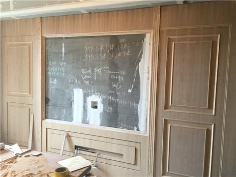 包括电视两旁的是木板做的还是石膏线呢?谢谢