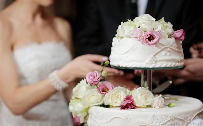 个性婚礼蛋糕,10个细节问题 婚礼蛋糕从款式到口味,各种各样,新人们在挑选的时候,面对琳琅满目的蛋糕,常常感到无从下手,今天,猪八喜婚博网小编为大家整理了10个挑选个性婚礼蛋糕的黄金法则,希望能够为大家提供帮助,帮你挑选到一款能够成功吸引全场宾客目光的婚礼蛋糕,成为婚礼的另一主角。 细节一:蛋糕与婚礼的主题想匹配 定制婚礼蛋糕首选要考虑婚礼场地的大小和来宾人数,这两项是决定蛋糕体量的关键因素。其次是蛋糕预算,想呈现的婚礼主题、风格、口味,还包括烤纸的颜色、造型及其他附加装饰,最好准备参考图片事先与蛋糕师沟