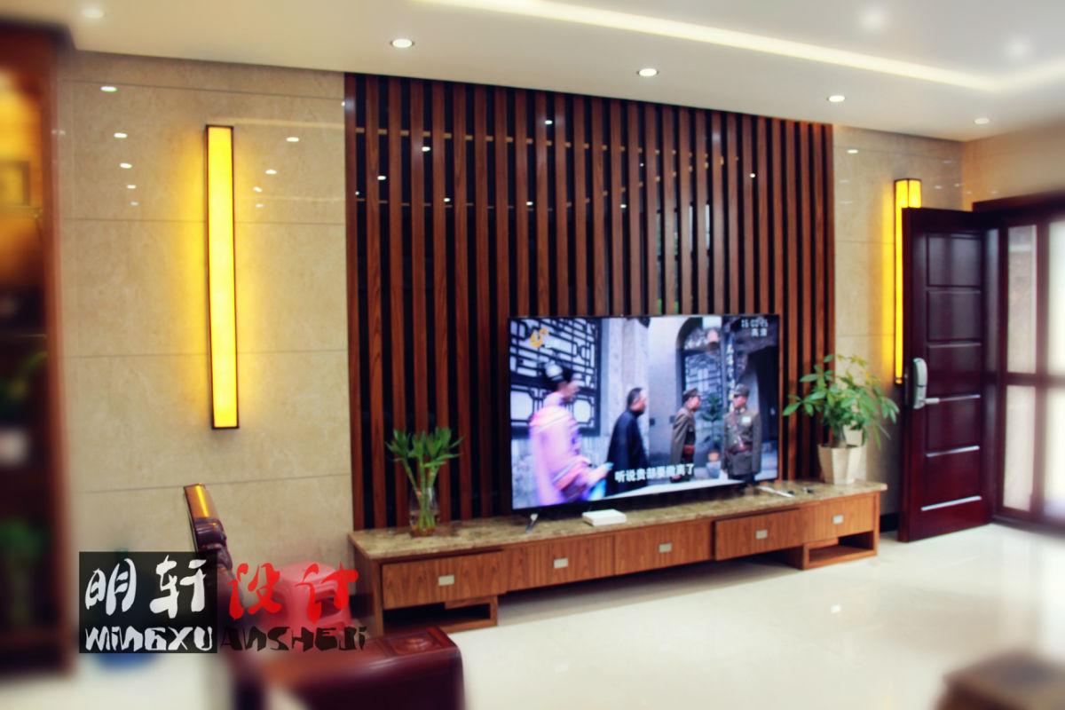 电视背景墙:中间夹板木头贴山纹泰油饰面板
