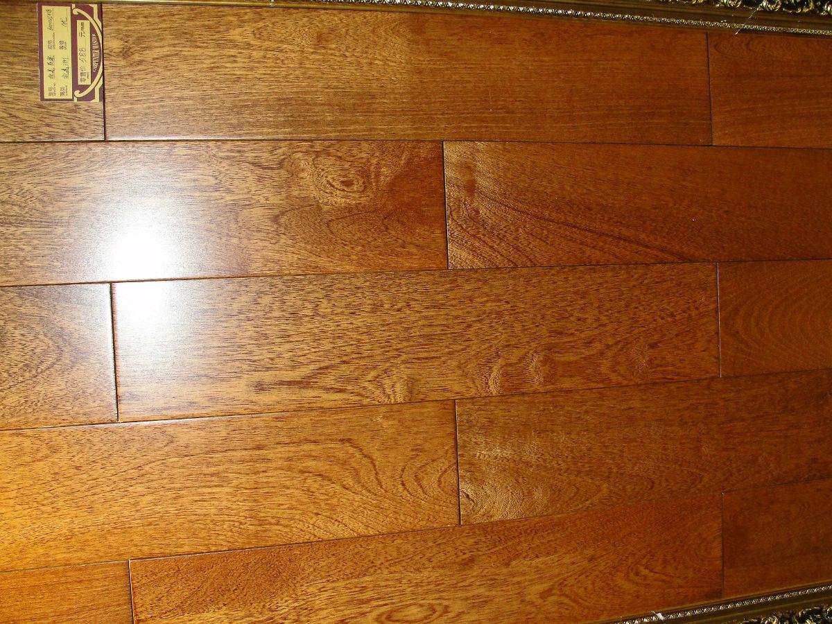 《黄色的木地板和黄象木的门配什么颜色的衣柜子 》