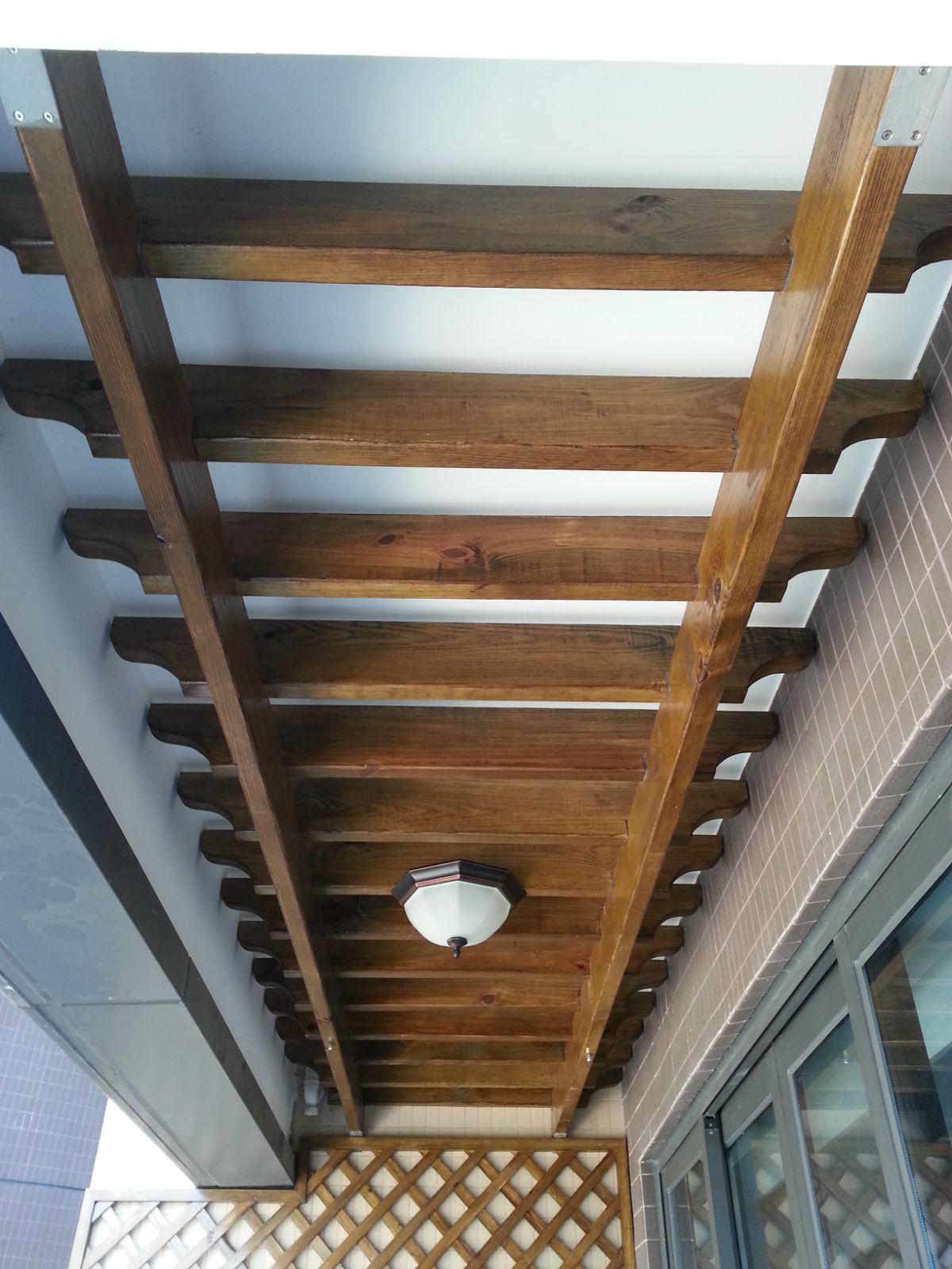 柜和旁边的墙面装饰木条