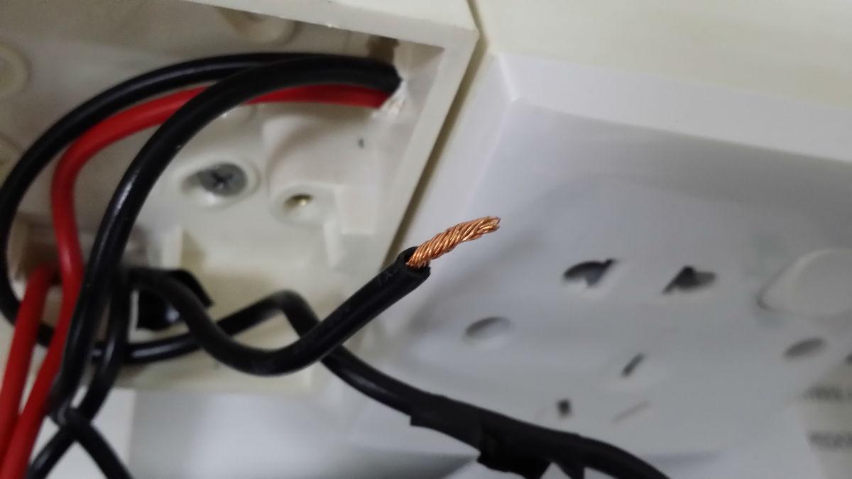 两根红色火线同时接到一个接线端是非常常见的,以方便引到下一个插座