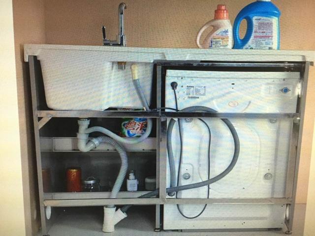 开发预留的水龙头在靠近推拉门轨道这边,里右面的墙比较远。洗衣机的下水、洗衣池下水,开发商预留下水在一条线上。 没有拍照片,不知道我是否说得明白 洗衣机下水大概距离墙10公分的样子。 这么一来问题就出来了。 1. 洗衣机不能靠墙放,不可能把洗衣机下水放到洗衣机的下面吧洗衣机伴侣深60,那边洗衣机如果买标准厚度的,则会突出来了。所以只能选择超薄款的洗衣机。我的米米,又要多花出去一部分了。 2.