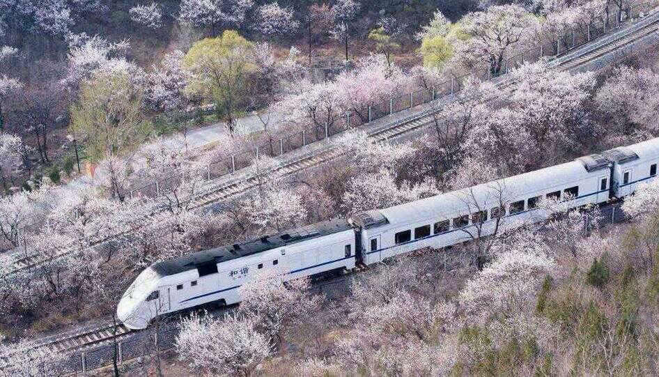 开往春天的地铁(动车穿过居庸关)