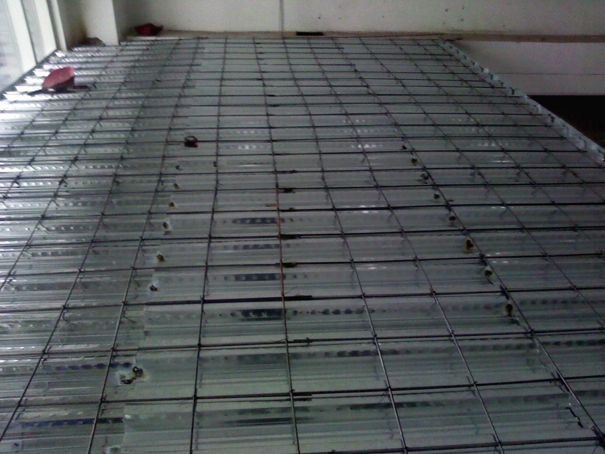 亿豪钢结构工程技术公司是一支从事室内钢结构阁楼设计,复式(跃层)钢结构加层,钢木隔层,现浇夹层,制作、安装、 地下室、别墅,家庭,学校 ,宾馆,会所,商铺,饭店,茶楼,药房LOFT等二层结构改造加固,用材全部为国标钢材,在北京周边地区有多家施工现场可供参观。 做阁楼隔层一般有两种方法:用钢结构做隔层和现浇混凝土做隔层。 两种隔层(阁楼)注意事项: 一、现浇混凝土隔层: 1、边角固定宜采用植筋法,不要轻易地破坏主梁。 2、钢筋一定要采用国标罗纹钢并且两层或四层捆扎成网,间隔在150-200mm 3、选择合格