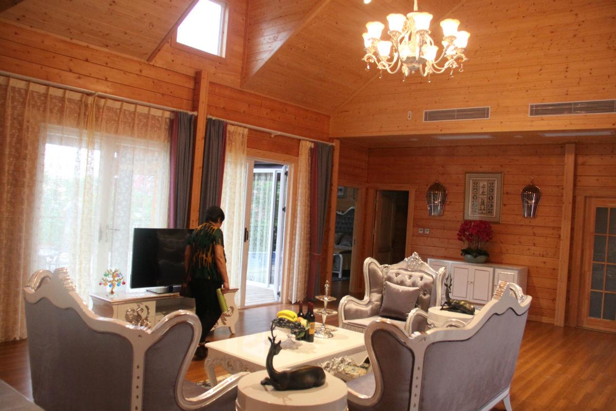 客厅真的好大好豪华呀,特别喜欢这木制地板