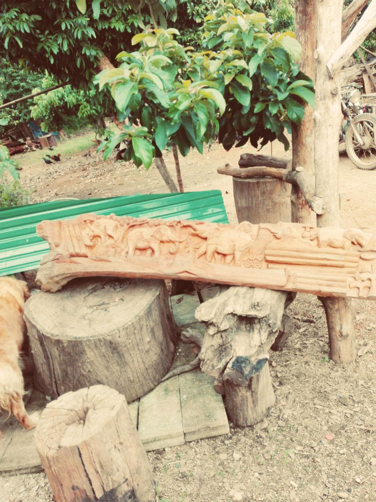 阿伯的木雕以大象为主,造型各异,有牌匾,有雕像,阿伯还搬出了一只小象