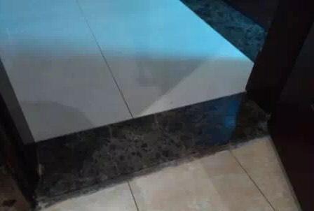 卫生间门口地板发黑